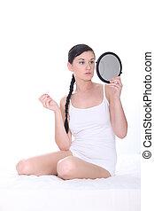 mulher, jovem, cama, segurando, espelho, sentado