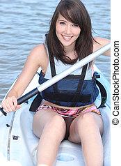 mulher jovem, canoagem