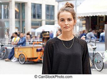 mulher jovem, centro cidade