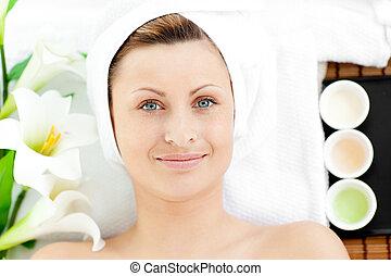mulher, jovem, charming, tabela massagem, mentindo