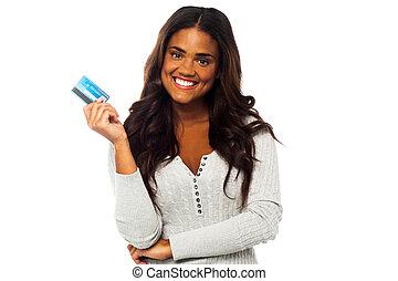 mulher, jovem, cima, crédito, segurando, cartão