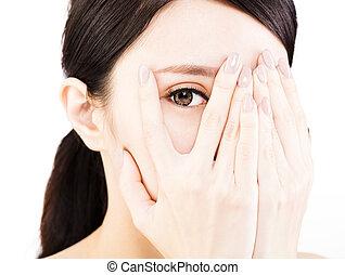 mulher jovem, cobertura, dela, olhos, por, mãos