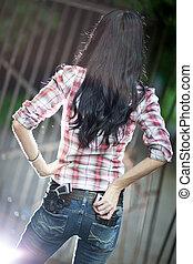 mulher jovem, com, armas, traseiro, vista