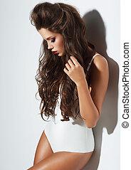 mulher jovem, com, beleza, longo, cacheados, hair.