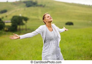 mulher jovem, com, braços abrem, ligado, gramado
