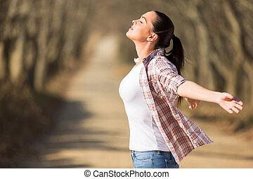 mulher jovem, com, braços estendido