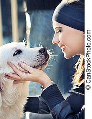 mulher jovem, com, cão