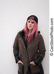 mulher jovem, com, cabelo cor-de-rosa, olhando baixo
