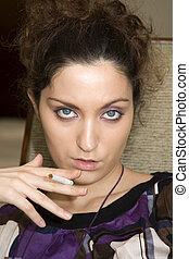 mulher jovem, com, cigarro