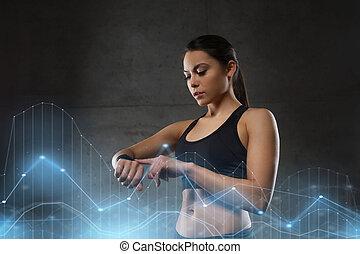mulher jovem, com, coração-taxa, relógio, em, ginásio