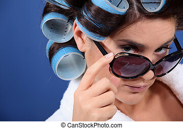 mulher jovem, com, curlers, em, dela, cabelo