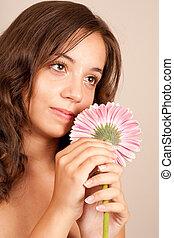 mulher jovem, com, flor cor-de-rosa