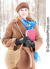 mulher jovem, com, livros, em, inverno