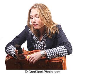 mulher jovem, com, mala, e, telefone