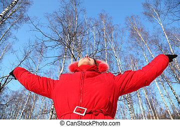 mulher jovem, com, rised, mãos, olha, em, céu