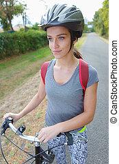 mulher jovem, com, um, bicicleta, em, natureza
