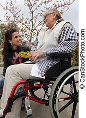 mulher jovem, com, um, idoso, senhora, em, um, cadeira rodas