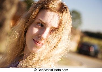 mulher jovem, com, vibrar, cabelo, ao ar livre