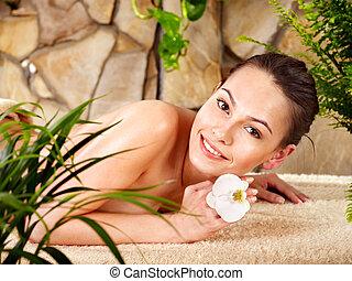 mulher jovem, começando massage, em, spa.