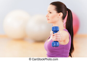 mulher, jovem, condicão física, sportswear., sorrindo, dumbbell, menina, exercício, feliz