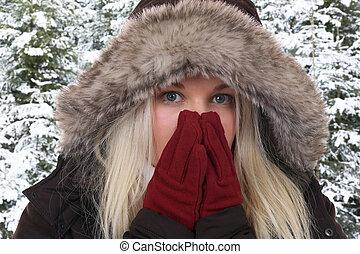 mulher jovem, congelação, em, a, gelado, em, inverno, em, a, madeiras