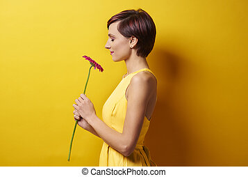 mulher jovem, contra, amarela, parede