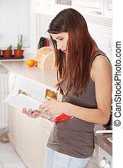 mulher, jovem, cookbook, leitura, cozinha