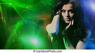 mulher jovem, dançar, em, a, danceteria
