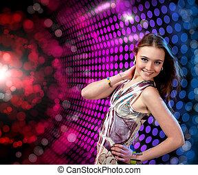 mulher jovem, dançar, em, discoteca