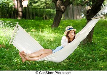 mulher jovem, deitando-se, ligado, rede