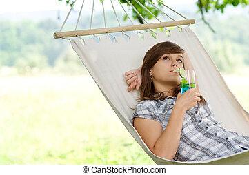 mulher, jovem, descansar, rede