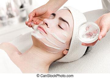 mulher jovem, desfolha, espuma, máscara, aplicando, ligado,...