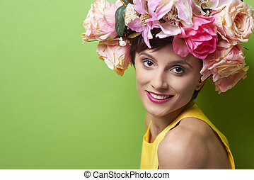 mulher jovem, desgastar, guirlanda floral