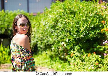mulher jovem, durante, férias tropicais
