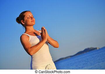 mulher jovem, durante, ioga, meditação