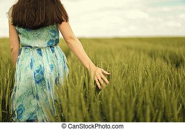 mulher jovem, em, a, campo