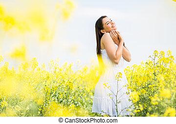 mulher jovem, em, a, primavera, campo