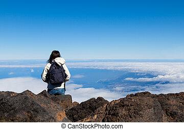 mulher jovem, em, alto, alcance montanha