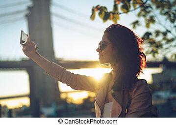 mulher jovem, em, amanhecer