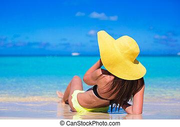 mulher jovem, em, amarela, chapéu, durante, férias cararibe