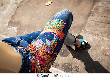 mulher jovem, em, calças brim azuis, e, calcanhares altos, em, quintal, verão, moda, closeup