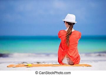 mulher jovem, em, chapéu, durante, praia tropical, férias