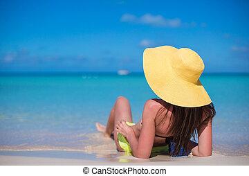 mulher jovem, em, chapéu, praia, apreciar, férias cararibe