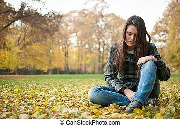 mulher jovem, em, depressão, ao ar livre
