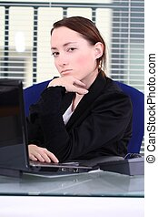 mulher jovem, em, escritório