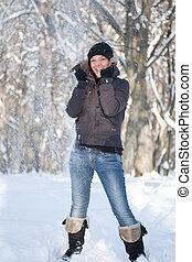 mulher jovem, em, inverno, floresta