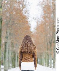 mulher jovem, em, inverno, park., vista traseira