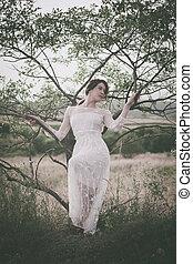mulher jovem, em, lacy, vestido