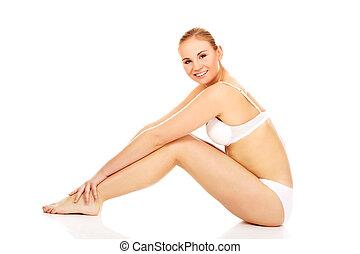 mulher jovem, em, roupa interior, sentar chão