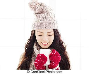 mulher jovem, em, roupas inverno, tendo, bebida quente